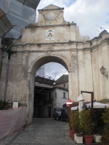 Kathedraal in steigers in Gerace