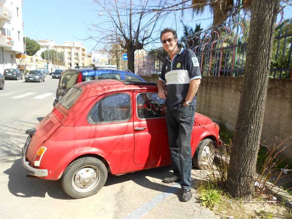 Een oude Fiat 550 bij de markt in Soverato.