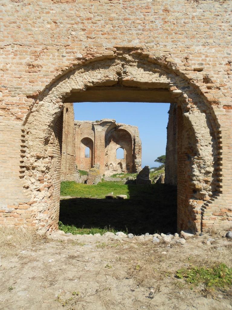 Middeleeuwse kerk op Romeinse resten gebouwd.