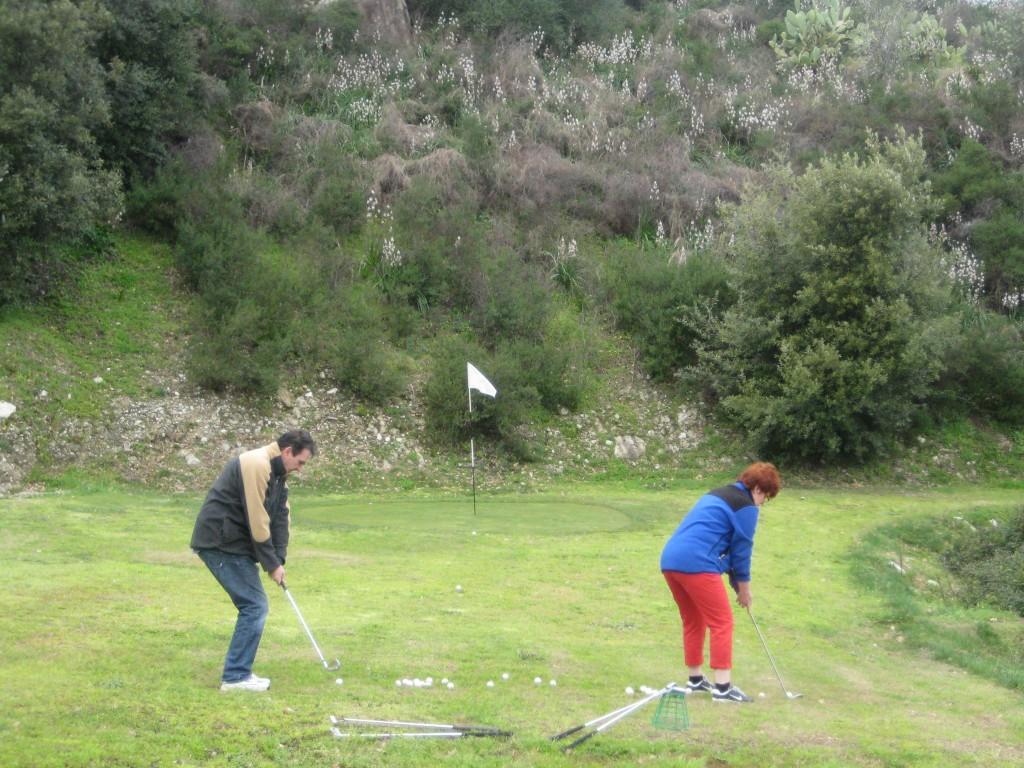 Chris en Ineke op de putting green.