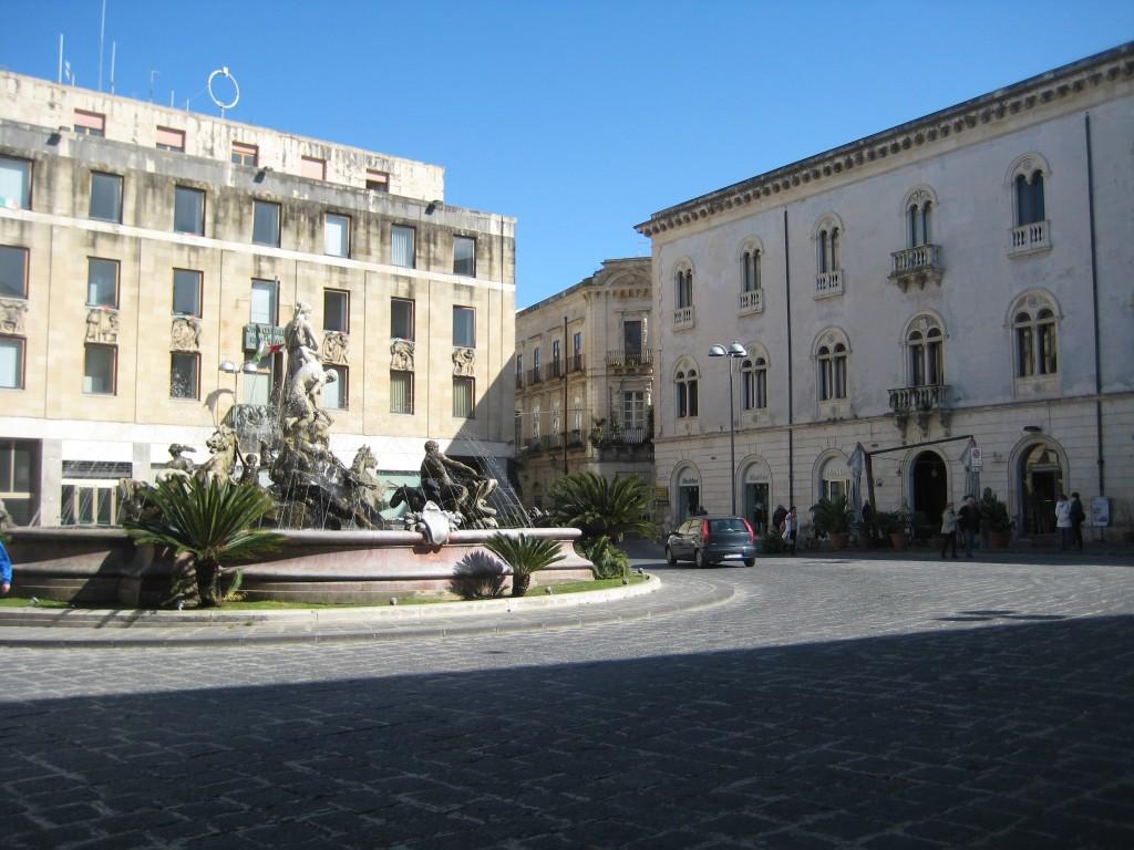 Piazza Archimede, een mooi ontbijtplein.