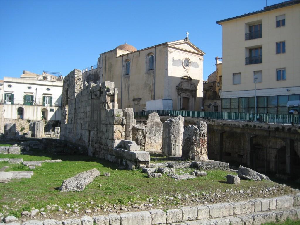 Tempel van Apollo en daarachter een middeleeuwse kerk.
