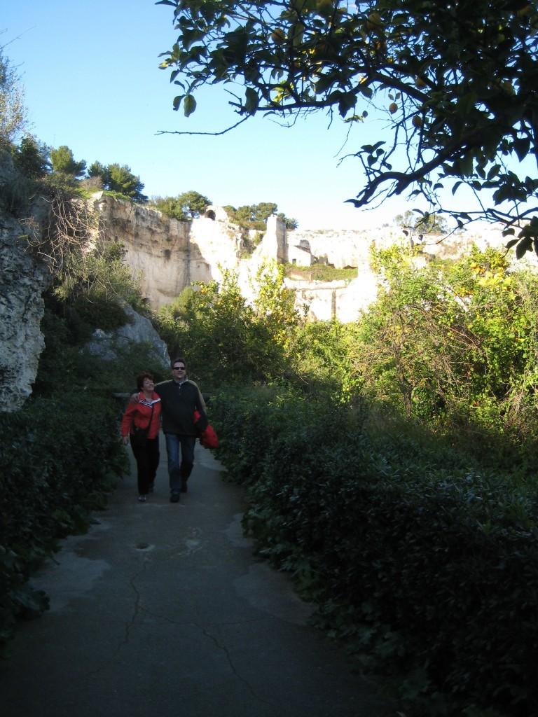 Ineke en Chris in de 20 meter diepe door Phoenisische slaven uitgegraven rotsen.